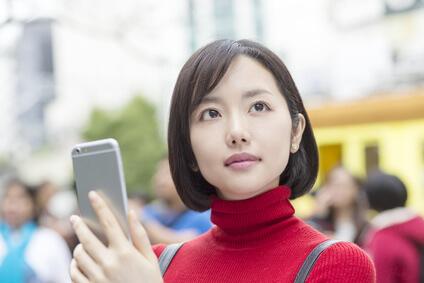 スマートフォンを持った女性
