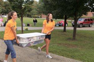 荷物を運ぶ2人の女子