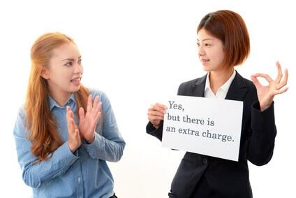 女性が英語を学んでいる